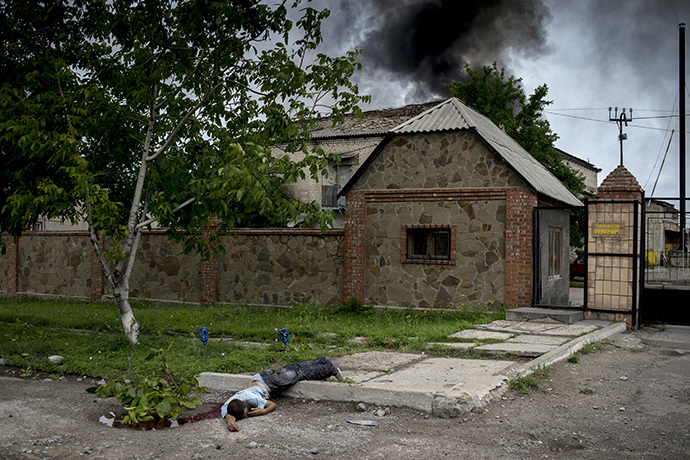 The body of a local resident killed in the artillery attack on the town of Lugansk. (RIA Novosti / Valeriy Melnikov)