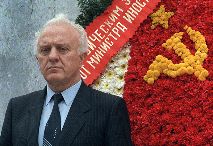 "A file picture shows former Soviet Foreign Minister and former Georgian President Eduard Shevardnadze standing in front of a wreath of flowers he laid at the ""Altar de la Patria"" monument on October 4, 1986, in Mexico city (AFP Photo)"