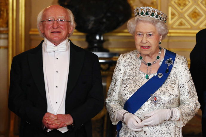 Ireland's President Michael D. Higgins and Britain's Queen Elizabeth II pose for a photograph ahead of a State Banquet in Windsor (Reuters / Dan Kitwood / Pool)