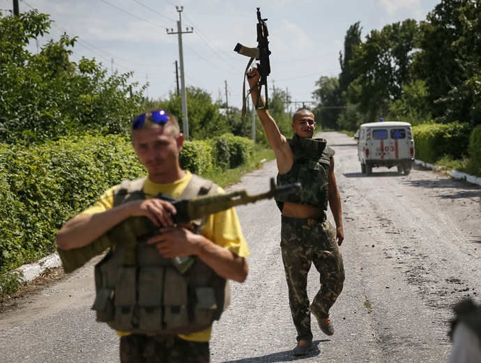 Ukrainian soldiers stand guard in the eastern Ukrainian town of Seversk July 12, 2014. (Reuters)