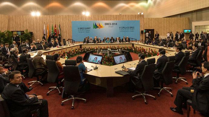 Brazilian President Dilma Rousseff (L) talks with Russian President Vladimir Putin upon his arrival to the 6th BRICS summit in Fortaleza, Brazil, on July 15, 2014. (AFP Photo / Yasuyoshi Chiba)