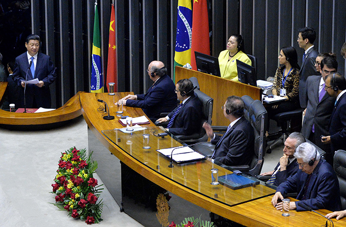 Chinese President Xi Jinping (L) speaks before the Congress in Brasilia, on July 16, 2014. (AFP Photo / Edilson Rodrigues)