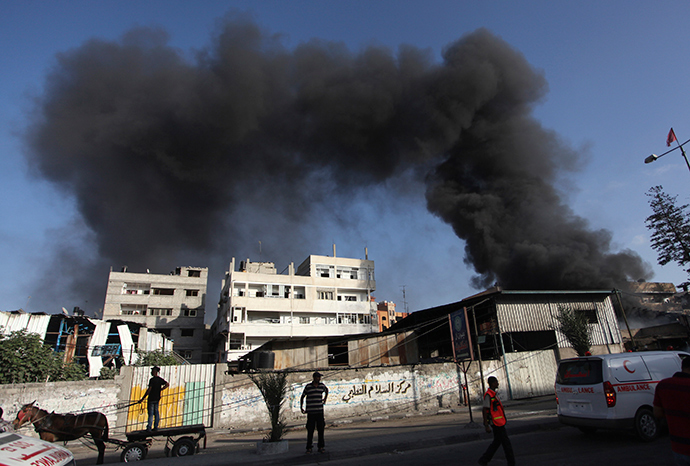 Smoke rises following what witnesses said were Israeli shelling and air strike near a market in Shejaia in the east of Gaza City July 30, 2014 (Reuters / Ashraf Amrah)