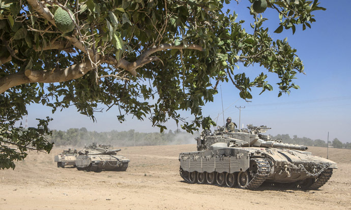 Israeli Merkava tanks roll to the southern Israeli border with the Gaza Strip, on August 1, 2014. (AFP Photo)