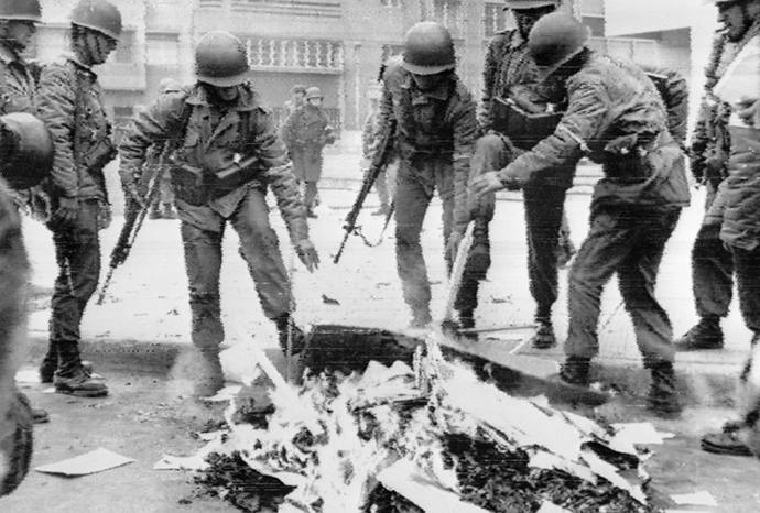 Chilean soldiers burning Marxist books in the capital city during the military coup, Santiago, 26 September 1973. (AFP Photo)