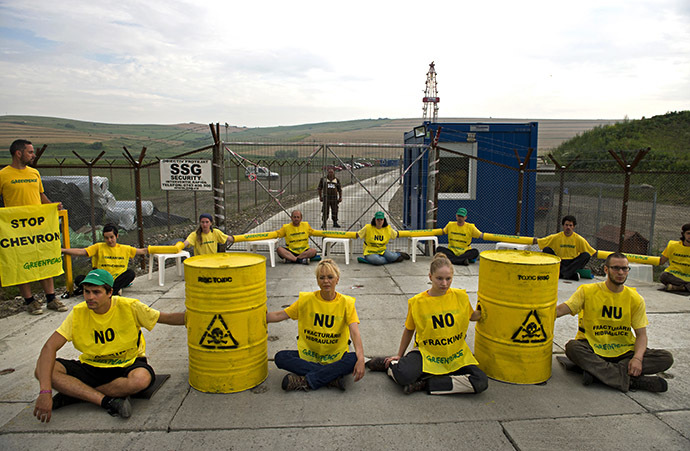 Greenpeace activists block the entrance of Chevron's shale gas exploring site in Pungesti village, 380 km east from Bucharest, on July 7, 2014. (AFP Photo / Daniel Mihailescu)
