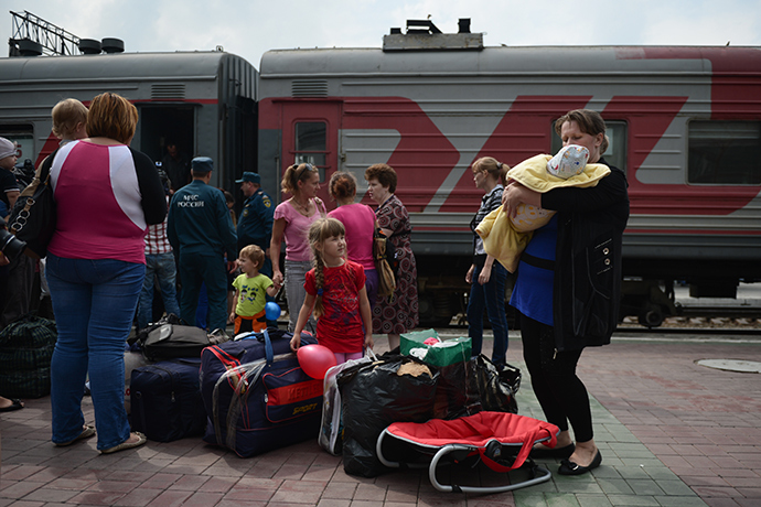 Ukrainian refugees who arrived in the Novosibirsk Region are greeted by the Emergency Situations Ministry staff and social workers at the Novosibirsk-Glavny railway station (RIA Novosti / Alexandr Kryazhev)