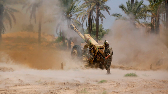 Iraqi security forces fire artillery during clashes with Sunni militant group Islamic State of Iraq and the Levant (ISIL) in Jurf al-Sakhar.(Reuters / Alaa Al-Marjani)