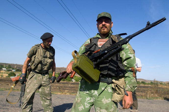 Anti-government rebels stand on a road in the village of Novokaterinovka, some 50 km southeast of Donetsk, eastern Ukraine, on September 4, 2014. (AFP Photo / Anatoliy Boiko)