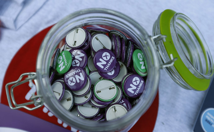 'No Thanks' badges are displayed during campaigning by Alistair Darling, the leader of the campaign to keep Scotland part of the United Kingdom, in Edinburgh, Scotland September 8, 2014. (Reuters/Russell Cheyne)