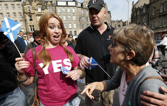 Opposing supporters for the Yes (L) and No campaigns, argue in Edinburgh, Scotland September 8, 2014.(Reuters/Russell Cheyne)