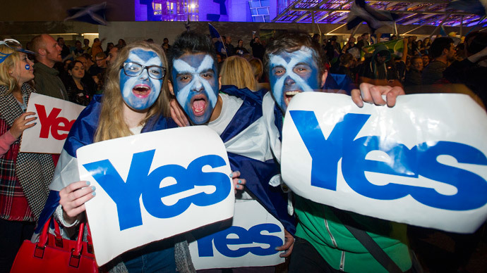 Pro-independence supporters gather at the Scottish Parliament in Edinburgh, Scotland on September 17, 2014.(AFP Photo / Lesley Martin)