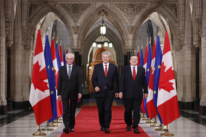 Canada's Prime Minister Stephen Harper (C) walks with European Council President Herman Van Rompuy (L) and European Commission President Jose Manuel Barroso in the Hall of Honour on Parliament Hill in Ottawa September 26, 2014. (Reuters/Chris Wattie)