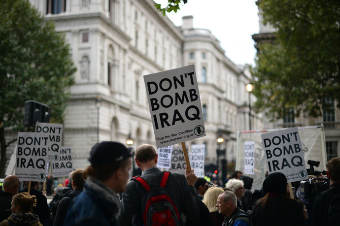 Protester take part in a Stop the War demonstration opposite Downing Street in central London on September 25, 2014. (AFP Photo)