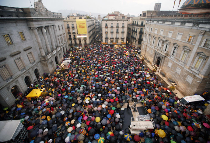 Catalan pro-independence supporters protest against the Spanish Constitutional Court in front of the Generalitat de Catalunya in Barcelona September 30, 2014. (Reuters)