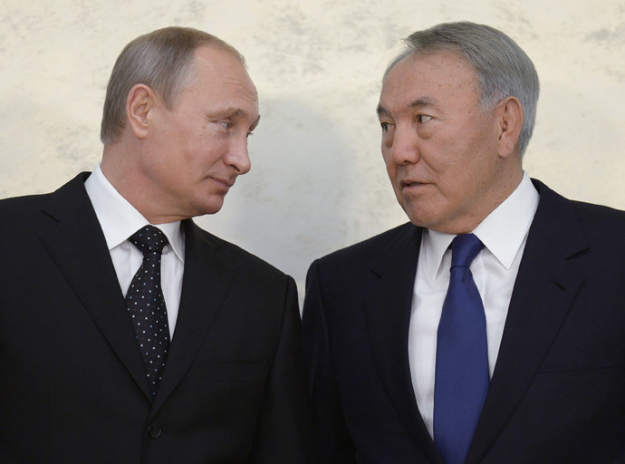 Russian President Vladimir Putin (L) and Kazakh President Nursultan Nazarbayev attending the ceremony of signing joint documents following the 11th Russia-Kazakhstan inter-regional cooperation forum, September 30, 2014. (RIA Novosti / Aleksey Nikolskyi)