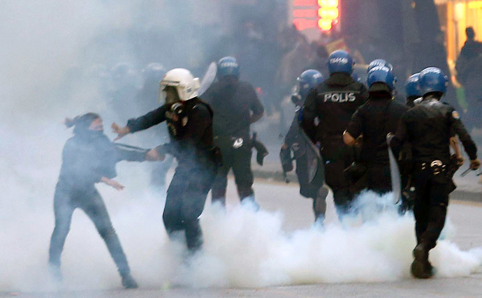 Turkish riot police use teargas to disperse protesters on October 8, 2014 in Ankara during a demonstration against attacks launched by Islamic State (IS) group, targeting the Syrian city Ain al-Arab, known as Kobane by the Kurds, and lack of government action. (AFP Photo / Adem Altan)