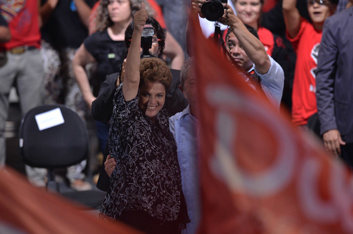 Brazilian President and presidential candidate for the Workers' Party (PT), Dilma Rousseff, waves during a campaign gathering in Sao Paulo, Brazil, on October 20 2014. (AFP Photo / Nelson Almeida)