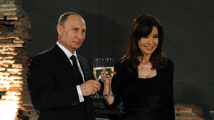 Argentina's President Cristina Fernandez de Kirchner (R) toasts with her Russian counterpart Vladimir Putin (Reuters / Mikhail Klimentyev)