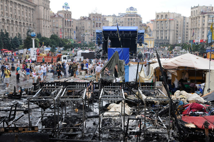 Kiev residents and municipal workers clear barricades on Independence Square (Maidan).(RIA Novosti / Alexandr Maksimenko)