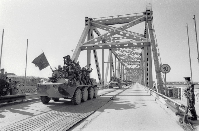 A column of armored personnel carriers crossing the Afghan-Soviet border on the Bridge of Friendship across the Amu Darya river. The withdrawal of the limited contingent of Soviet troops from Afghanistan. (RIA Novosti / V. Kiselev)