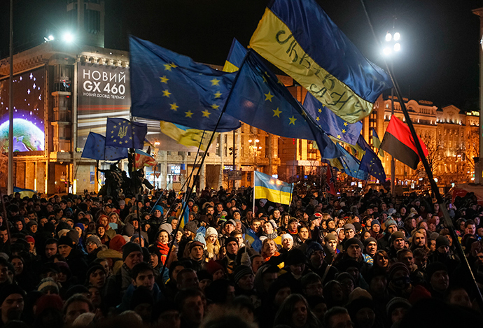 Students wave European Union flags during a rally in support of EU integration in Kiev November 26, 2013 (Reuters / Gleb Garanich)