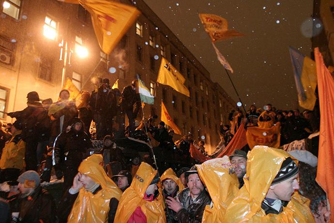 Viktor Yushchenko supporters at the Ukrainian President administration building in Kiev 11 November, 2004 (RIA Novosti)