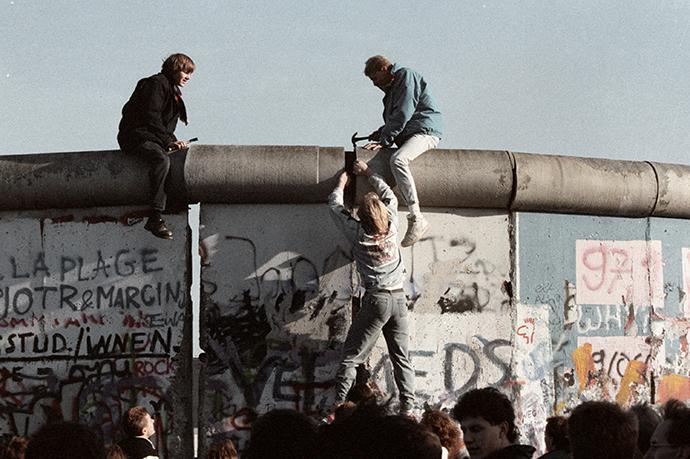 People of the G.D.R. breaking down the Berlin Wall (RIA Novosti / Yuriy Somov)