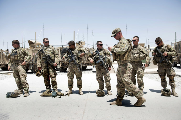US soldiers prepare for a patrol at Kandahar Airfield on June 3, 2014. (AFP Photo)