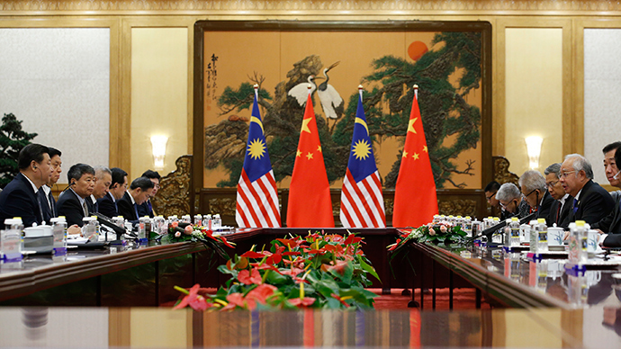 Malaysia's Prime Minister Najib Razak (2nd R) and China's President Xi Jinping (L) attend a meeting at the Great Hall of the People, on the sidelines of the Asia Pacific Economic Cooperation (APEC) meetings, in Beijing, November 10, 2014 (Reuters / Kim Kyung-Hoon)