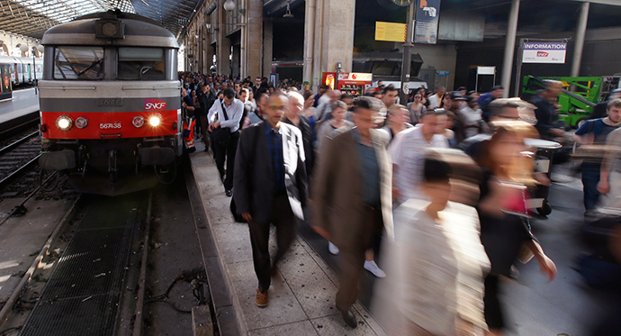 People crowd a platform after a commuter train arrived at the Gare du Nord railway station (Reuters / Gonzalo Fuentes)