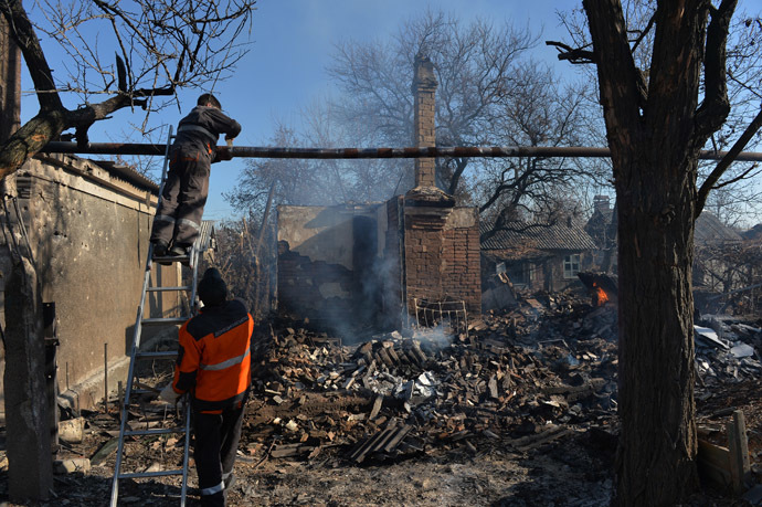 Public utilities workers repair a gas pipe damaged during an artillery shelling of Donetsk by the Ukrainian military. (RIA Novosti/Alexey Kudenko)