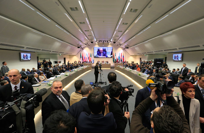 Journalists listen to the speech of Mustafa al-Shamali, deputy prime minister and minister of oil of Kuwait, presiding the Organization of the Petroleum Exporting Countries (OPEC) conference at their 164th meeting in Vienna, on December 4, 2013. (AFP Photo / Alexander Klein)