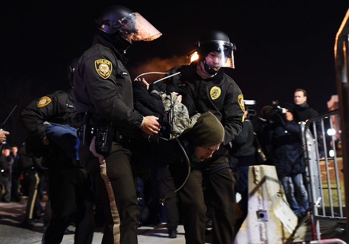 Police arrest a protester in Ferguson, Missouri (AFP Photo / Jewel Samad)