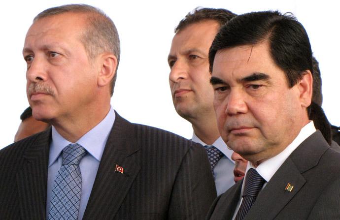 Turkmenistan's president Gurbanguly Berdymukhamedov (R) and Recep Tayyip Erdogan (AFP Photo)