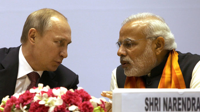 Russian President Vladimir Putin (L) speaks with Indian Prime Minister Narendra Modi at The World Diamond Conference at Vigyan Bhawan in New Delhi on December 11, 2014. (AFP Photo)