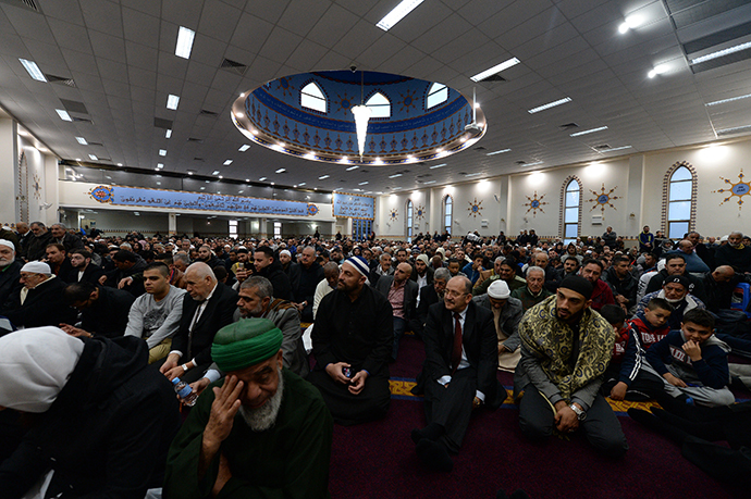 Muslims listen Eid al-Fitr sermons at the Lakemba Mosque in western Sydney (AFP Photo / Saeed Khan)