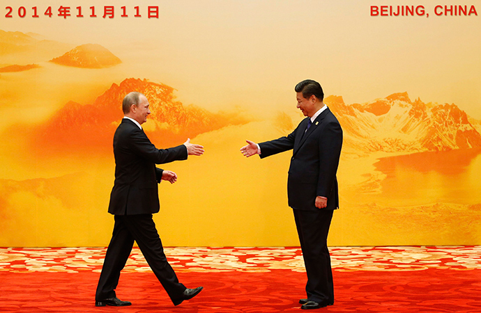 Russia's President Vladimir Putin (L) shakes hands with his Chinese counterpart Xi Jinping during the Asia Pacific Economic Cooperation (APEC) forum, at the International Convention Center at Yanqi Lake, in Huairou district of Beijing, November 11, 2014 (Reuters / Kim Kyung-Hoon)