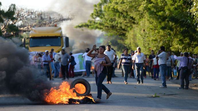 People protest burning tires against the inauguration of the works of an inter-oceanic canal in Rivas, Nicaragua on December 22, 2014.(AFP Photo / STR)