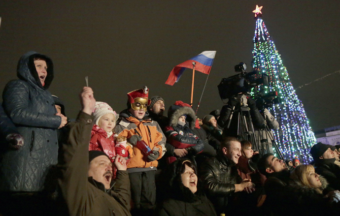 People celebrate a New Year in the centre of Simferopol in Crimea early on January 1, 2015 (AFP Photo / Max Vetrov)