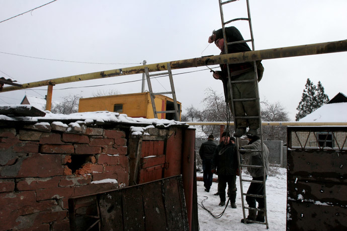 Municipal workers restore a gas pipeline in Petrovsky District of Donetsk damaged in the result of shelling by Ukrainian army. (RIA Novosti / Igor Maslov)