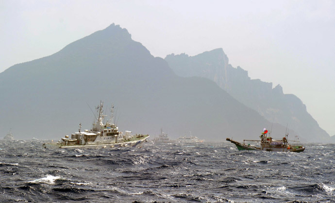 A Taiwan fishing boat (R) is blocked by a Japan Coast Guard (L) vessel near the disputed Diaoyu / Senkaku islands in the East China Sea (AFP Photo / Sam Yeh)