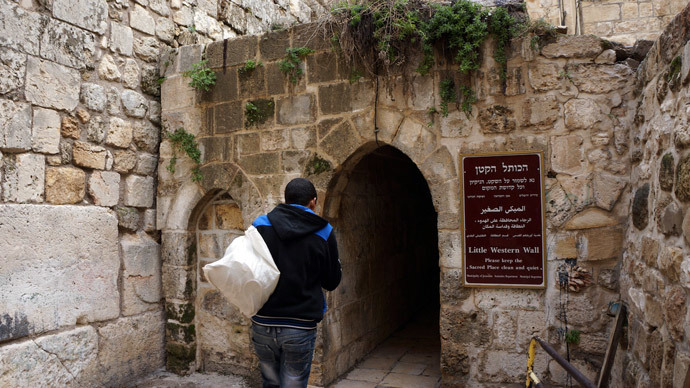 The only passage to the Palestinian Quarter has become a Jewish holy site. (Photo by Nadezhda Kevorkova)