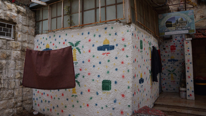 Palestinians have a right to decorate their walls with drawings only on their own roof. (Photo by Nadezhda Kevorkova)