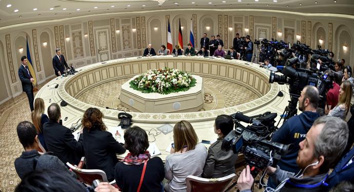 Ukrainian President Petro Poroshenko (2L) speaks to journalists after 'Normandy Four' talks in Minsk on February 12, 2015. (RIA Novosti / Nikolay Lazarenko)