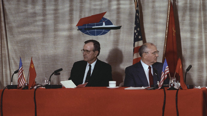 Joint press conference by Soviet Communist Party leader, Soviet Supreme Council Chairman Mikhail Gorbachev (right) and US President George Bush in Malta.(RIA Novosti / Yuryi Abramochkin)