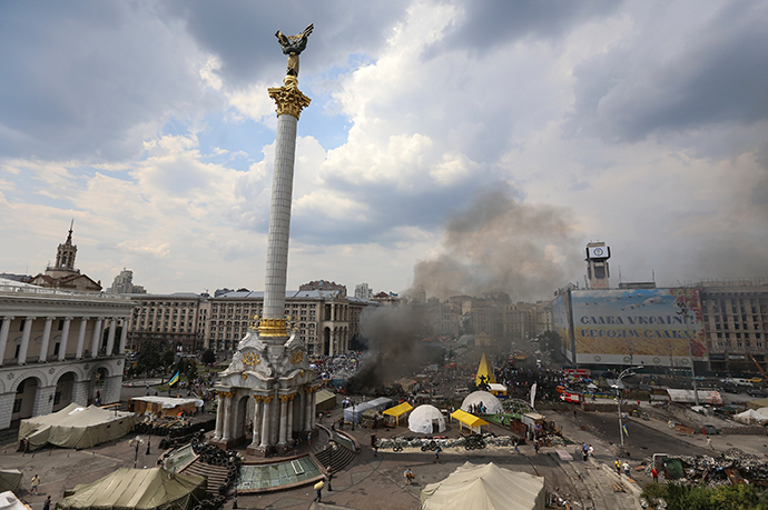 ARCHIVE PHOTO: Barricades set on fire by protesters burn at Independence Square in Kiev August 9, 2014 (Reuters / Konstantin Grishin)