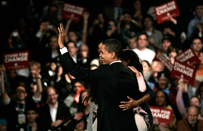 Democratic presidential candidate U.S. Senator Barack Obama (D-IL) with his family (obscured) is cheered by supporters after winning the Democratic Iowa caucuses in Des Moines, Iowa, January 3, 2008 (Reuters / Keith Bedford)