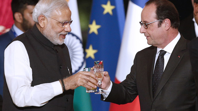 French president Francois Hollande (R) toasts with Indian prime minister Narendra Modi (Reuters/Yoan Valat)
