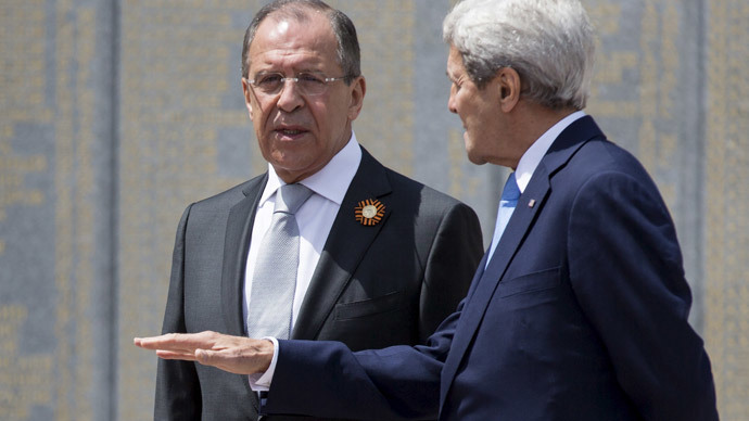 U.S. Secretary of State John Kerry (R) and Russian Foreign Minister Sergey Lavrov speak at the Zakovkzalny War Memorial in Sochi, Russia May 12, 2015.(Reuters / Joshua Roberts)